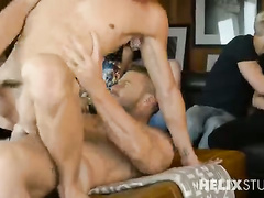 Horny hung guy seduces a twink at lunch
